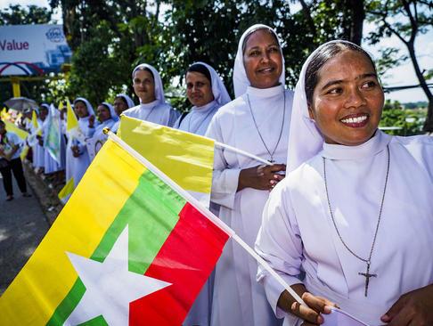 راهبه های کاتولیک در مراسم استقبال از پاپ فرانسیس در خیابان های شهر یانگون میانمار