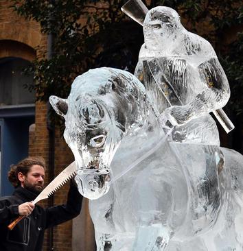 ساخت مجسمه ای یخی – لندن
