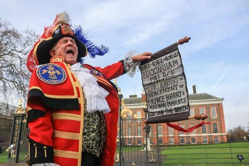 خواندن بیانیه رسمی خانواده سلطنتی بریتانیا درباره ازدواج در شرف وقوع شاهزاده هری نوه ملکه بریتانیا- مقابل کاخ کنزینگتون در لندن