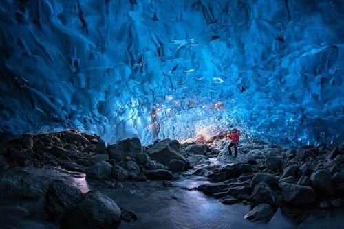 یک گردشگر در داخل یخچال های طبیعی در ایسلند