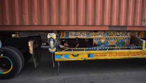 خواب راننده پاکستانی زیر تریلی اش