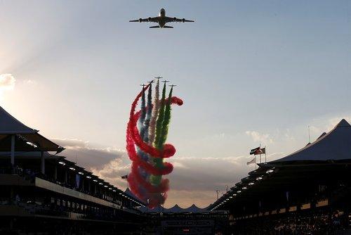 نمایش هوایی در حاشیه مسابقات اتومبیلرانی جایزه بزرگ فرمول یک در ابوظبی