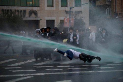 استفاده پلیس اسراییل از ماشین آب پاش برای متفرق کردن تظاهرات طلبه های یهودی علیه نظام سربازی اجباری- قدس