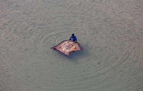 شستن پتو در رود تاوی در جامو هند