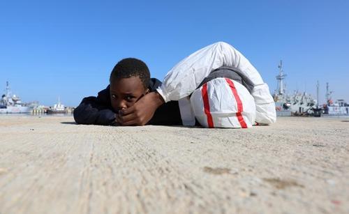 پناهجویان آفریقایی پس از نجات در دریای مدیترانه در یک پایگاه نیروی دریایی در طرابلس لیبی