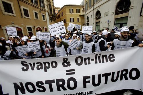 تظاهرات فروشندگان و مصرف کنندگان سیگار الکترونیک علیه مالیات جدید- رم