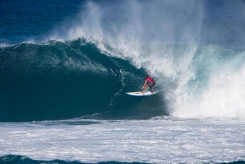 موج سوار استرالیایی در مسابقات جام جهانی موج سواری در هاوایی آمریکا