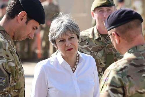 بازدید ترزا می نخست وزیر بریتانیا از نیروهای انگلیسی در اردوگاه