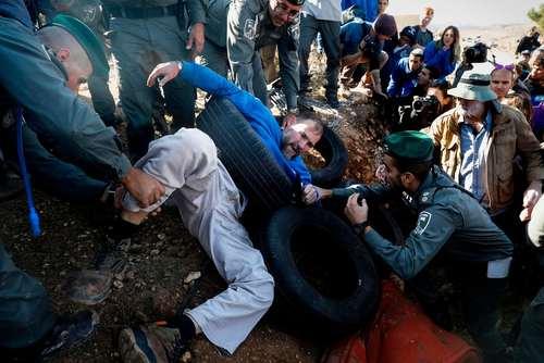 مقاومت یک شهرک نشین اسراییلی در برابر نیروهای اسراییلی که برای تخلیه و تخریب خانه غیر قانونی او در اراضی اشغالی فلسطین به کرانه غربی آمده اند