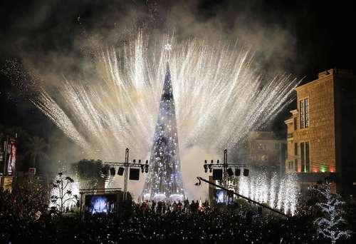 مراسم آتش بازی و نورافشانی به مناسبت روشن کردن درخت بزرگ کریسمس در شهر بیروت