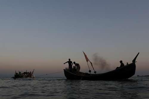 عبور پناهجویان مسلمان میانماری از رود مرزی برای رسیدن به بنگلادش