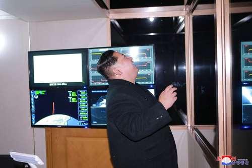 عکسی دیگر از واکنش شادمانانه رهبر کره شمالی به آزمایش موفق موشک بالستیک دوربرد