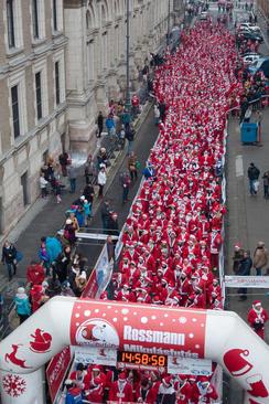 مسابقه دو 3 هزار نفری در لباس بابانوئل در شهر بوداپست مجارستان