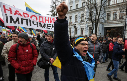 تظاهرات مخالفان حکومت در شهر کی یف اوکراین با درخواست از پارلمان این کشور برای استیضاح رییس جمهوری