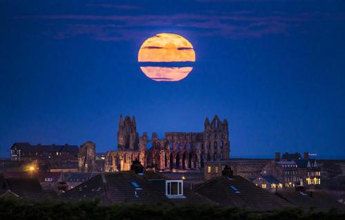 تصویری از ماه کامل (سوپر مون) در یورکشایر بریتانیا