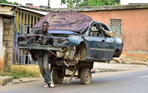 جابجا کردن یک خودروی اسقاطی – شهر آبیجان در ساحل عاج