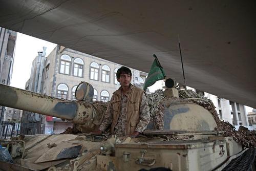 یکی از نیروهای حوثی سوار بر تانک در شهر صنعا و در نزدیکی خانه علی عبدالله صالح رییس جمهور سابق یمن