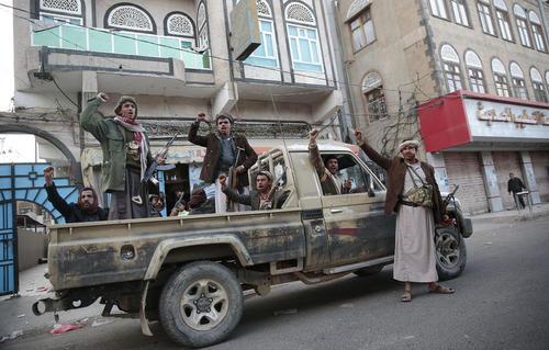 فریاد پیروزی نیروهای حوثی در اطراف خانه علی عبدالله صالح رییس جمهور سابق کشته شده یمن در شهر صنعا