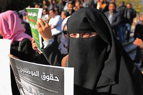 تظاهرات کارمندان دولت در باریکه غزه با درخواست پرداخت حقوق
