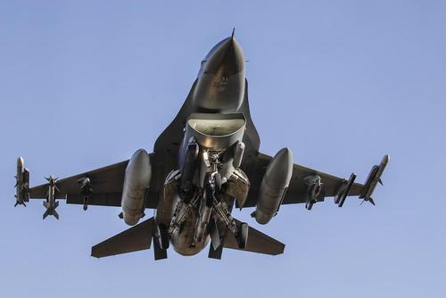 فرود هواپیمای اف 16 آمریکایی در پایگاه هوایی