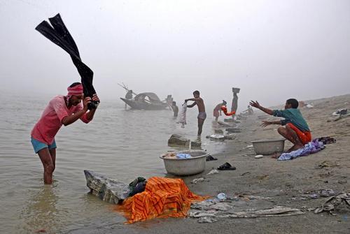 شستشوی لباس در رود براهماپوترا درگواهاتی هند