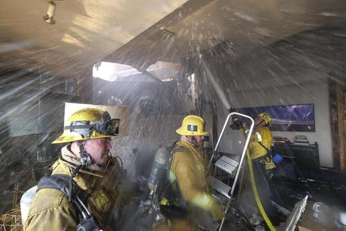 تلاش آتش نشانان برای اطفاء حریق یک خانه در منطقه (بِل ایر) در حومه شهر لس آنجلس که متاثر از آتش سوزی های جنگلی گسترده در ایالت کالیفرنیا آمریکاست