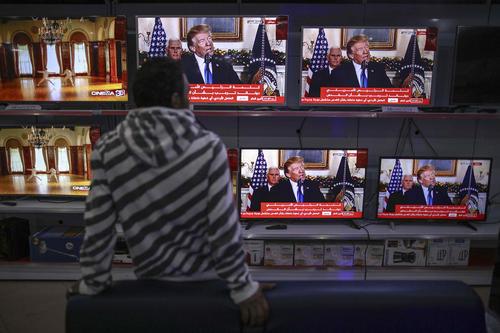 یک فروشگاه تلویزیون در باریکه غزه و پخش زنده سخنرانی ترامپ درباره انتقال سفارت خانه آمریکا از تل آویو به شهر قدس