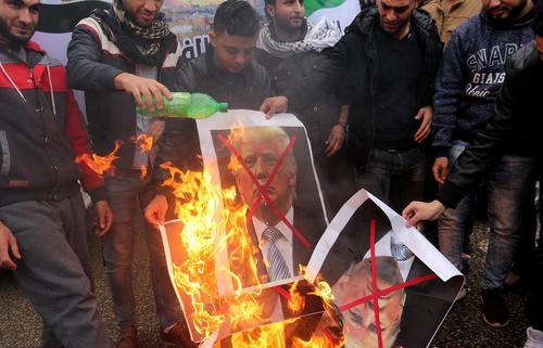 آتش زدن تصویر ترامپ از سوی جوانان فلسطینی در باریکه غزه در اعتراض به اعلام تصمیم او برای شناسایی شهر قدس به عنوان پایتخت اسراییل و آغاز فرایند انتقال سفارت آمریکا به این شهر