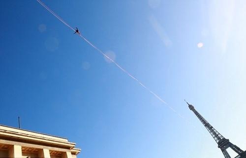 لحظات هیجانانگیز بندبازی در آسمان پاریس (عکس)