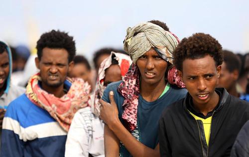 پناهجویان آفریقایی عازم اروپا پس از نجات در دریای مدیترانه و انتقال به پایگاه نیروی دریایی لیبی در طرابلس