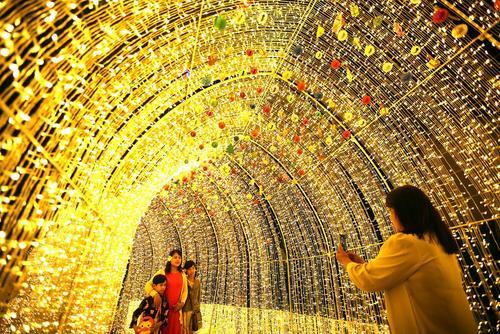 گرفتن عکس زیر تزیینات کریسمسی در شهر یانگون میانمار