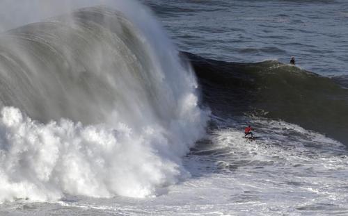 موج سواری در سواحل پرتغال/ عکس: رویترز