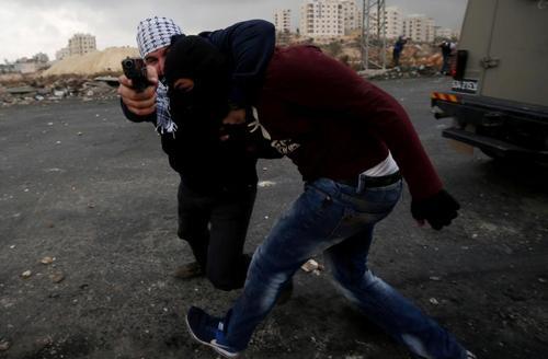 دستگیری یک جوان فلسطینی از سوی نیروی لباس شخصی اسراییلی در حومه شهر رام الله مقر تشکیلات خودگردان فلسطینی/ عکس: رویترز