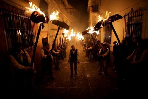 روشن کردن مشعلهای آتش در شب سنت لوسیا در منطقه مالاگا اسپانیا