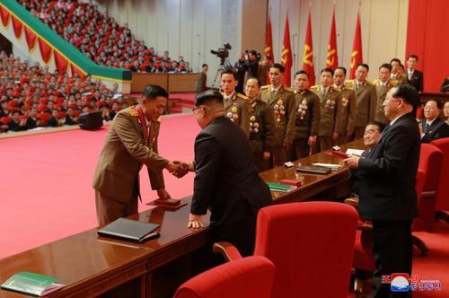 تقدیر رهبر کره شمالی از دانشمندان و متخصصان پروژه توسعه برنامه موشکی کره شمالی در مراسمی با حضور اعضای ارشد حزب حاکم کره شمالی در پیونگ یانگ/ عکس: خبرگزاری رسمی کره شمالی