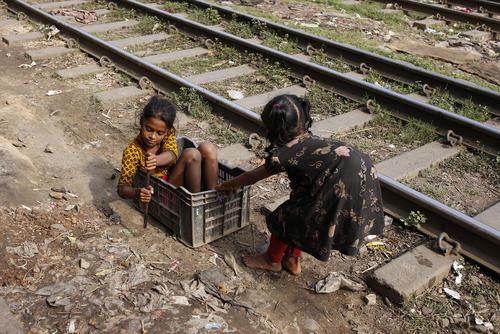 بازی کودکان در کنار ریل راه آهن در شهر داکا بنگلادش