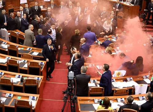 آمدن دود گاز اشک آور به داخل پارلمان آلبانی به دلیل اعتراضات به تصویب یک قانون در مقابل پارلمان- آلبانی