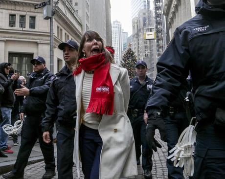 دستگیری معترضان به طرح جمهوریخواهان برای اصلاح قانون مالیاتی آمریکا به نفع پولدارها - مقابل بازار بورس نیویورک