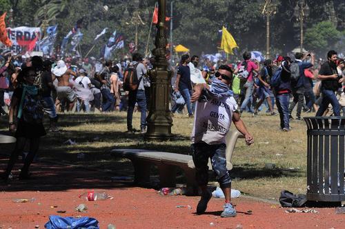 تظاهرات مردم آرژانتین در اعتراض به اصلاح قانون بازنشستگی از سوی دولت- بوینوس آیرس