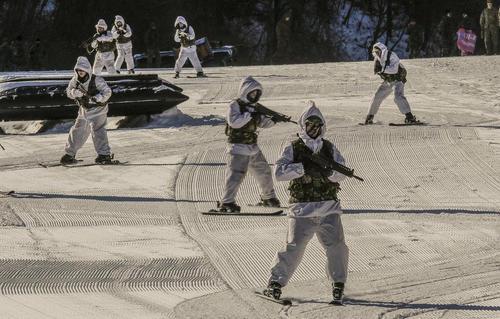 رزمایش مشترک نیروهای امنیتی آمریکا و کره جنوبی در شهر پیونگ چانگ کره جنوبی در آستانه برگزاری المپیک زمستانی در این شهر