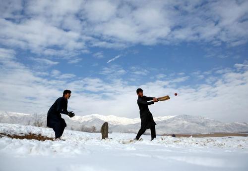 کریکت بازی جوانان افغان در هوای برفی کابل