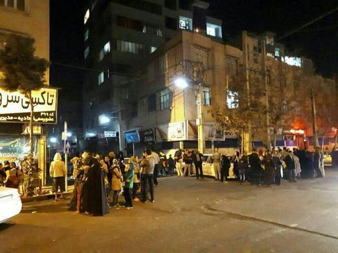 مردم کرج در خیابانها پس از وقوع زلزله