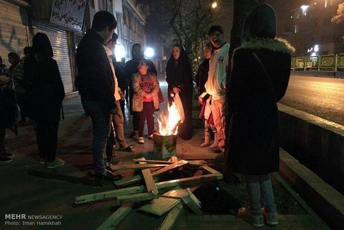 مردم تهران در خیابانها پس از وقوع زلزله خود را با آتش گرم می کنند