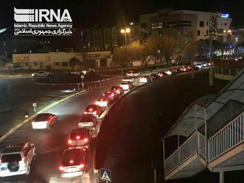 صف  خودروها در جايگاههای پمپ بنزين قزوین پس از زلزله شامگاه چهارشنبه