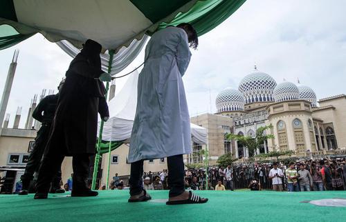 اجرای مجازات شلاق علیه  یک مرد در مسجدی در ایالت آچه اندونزی به دلیل نقض قوانین شریعت