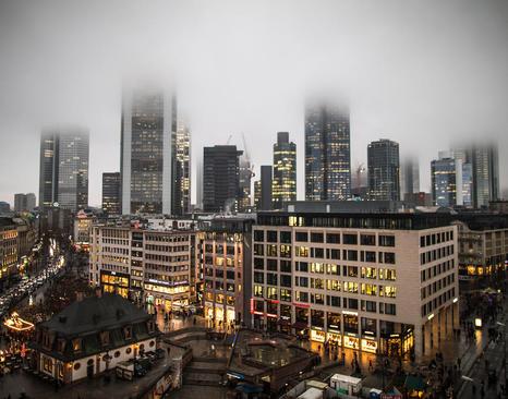 مهآلود بودن مرکز شهر فرانکفورت آلمان