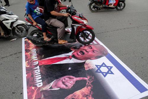 اعتراض نمادین مسلمانان ایالت آچه اندونزی به اقدام ترامپ در شناسایی رسمی شهر قدس به عنوان پایتخت اسراییل