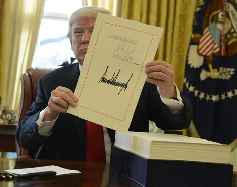امضای ترامپ بر لایحه کاهش 1.5 تریلیون دلاری مالیات ثروتمندان آمریکا