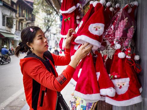 فروش کلاههای ویژه کریسمس در فروشگاههای شهر هانوی ویتنام