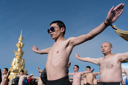 چالش مسابقات 100 نفره دوام آوردن بدون پیراهن در هوای سرد کوهستانی در استان سیچوان چین